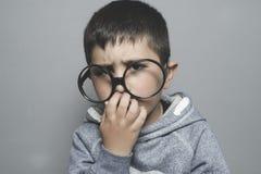 pensando, ragazzo con i grandi vetri molto seri e pensare Immagini Stock