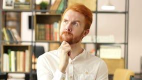 Pensativo en la oficina, hombre de negocios Thinking sobre nuevo proyecto almacen de metraje de vídeo