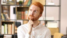 Pensativo en la oficina, hombre de negocios Thinking sobre nuevo proyecto Fotos de archivo libres de regalías