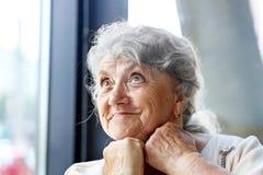 Pensativo y mirando la cara de la abuela imagen de archivo libre de regalías