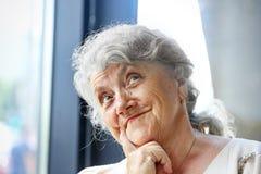 Pensativo y mirando la cara de la abuela fotografía de archivo libre de regalías
