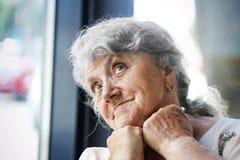 Pensativo y mirando la cara de la abuela foto de archivo