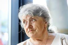 Pensativo y mirando la cara de la abuela imagen de archivo
