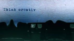 Pense a datilografia criativa da palavra centrada na folha de papel no áudio velho da máquina de escrever video estoque