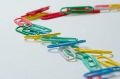 Pense diferente Grampos de papel coloridos Fotos de Stock