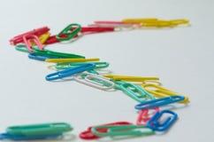 Pense diferente Grampos de papel coloridos Fotografia de Stock
