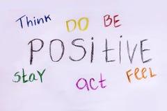 Pense, fazem, para ser, para ficar, para atuar, para sentir positivo Slogan inspirador Fotografia de Stock