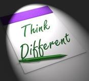 Pense a inspiração e a inovação diferentes das exposições do caderno Imagens de Stock