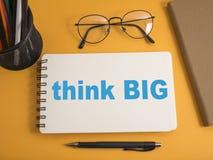 Pense o conceito grande, inspirador das citações das palavras fotografia de stock