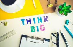 Pense a palavra grande no fundo do escritório da mesa com fontes colorido Imagens de Stock