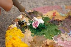 Penseel dat kleuren op palet mengt Royalty-vrije Stock Afbeeldingen