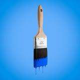 Penseel dat met blauwe kleur wordt geladen die van het varkenshaar druipen royalty-vrije stock afbeeldingen