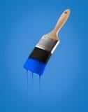 Penseel dat met blauwe kleur wordt geladen die van het varkenshaar druipen stock afbeelding