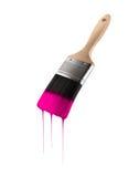 Penseel dat met roze kleur wordt geladen die van het varkenshaar druipen stock afbeeldingen