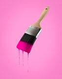 Penseel dat met roze kleur wordt geladen die van het varkenshaar druipen royalty-vrije stock afbeelding