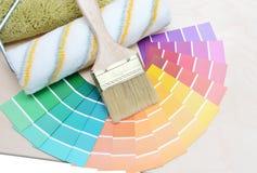 Penseel en kleurrijke verf Stock Afbeeldingen