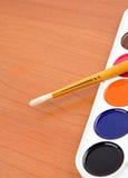 Penseel en schilderspalet Stock Foto's