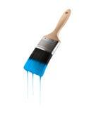 Penseel met blauwe hemelkleur wordt geladen die van het varkenshaar druipen dat royalty-vrije stock afbeelding