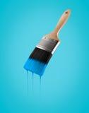 Penseel met blauwe hemelkleur wordt geladen die van het varkenshaar druipen dat stock afbeeldingen