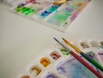 Penseel met kleurendienblad stock foto