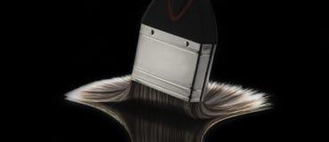 Penseel met Varkenshaar op Vlotte Weerspiegelende Oppervlakte wordt uitgespreid die royalty-vrije stock fotografie