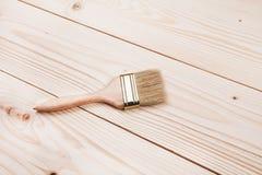 Penseel op houten oppervlakte stock afbeeldingen
