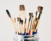 Penselen in Mason Jar stock afbeeldingen