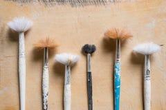 Penselen met pleister-Geploeterde Handvatten en Versleten Varkenshaar royalty-vrije stock foto