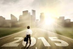 Penser à l'avenir de petit homme d'affaires Image stock