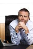 Penser aîné positif de gestionnaire de bureau. Photos stock