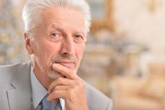 Penser d'homme aîné Image stock