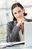 Penser de femme d'affaires images stock