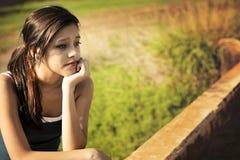 Penser de jeune femme Images stock
