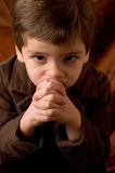 Penser de petit garçon photo libre de droits
