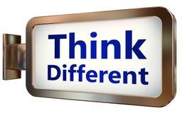 Pensez différent sur le fond de panneau d'affichage illustration stock