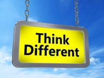 Pensez différent sur le panneau d'affichage illustration libre de droits