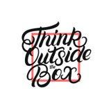 Pensez en dehors de la main de boîte écrite en marquant avec des lettres l'affiche illustration libre de droits