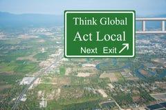 Pensez global, gens du pays d'acte Image libre de droits