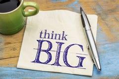 Pensez la grande expression de motivation sur une serviette image stock