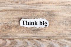 Pensez le grand texte sur le papier Word pensent grand sur le papier déchiré texte debout de reste d'image de figurine de concept Image stock
