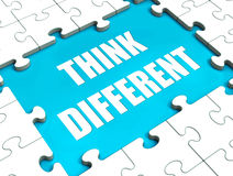 Pensez les différentes expositions de puzzle pensant en dehors de la boîte Photo stock