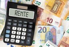 Pensión alemana de la palabra RENTE en la exhibición de la calculadora de bolsillo contra los billetes imagen de archivo