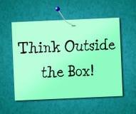 Pensi fuori dell'opinione e delle idee dell'originalità di manifestazioni della scatola Fotografie Stock Libere da Diritti