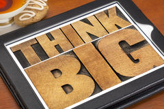 Pensi grande sulla compressa digitale Immagini Stock Libere da Diritti