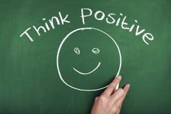 Pensi il concetto positivo della positività del fronte di sorriso della nota di frase fotografia stock libera da diritti
