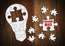 Pensi il grande concetto, lampadina dal puzzle Fotografie Stock Libere da Diritti