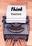 Pensi il testo positivo scritto alla pagina con la macchina da scrivere Fotografie Stock Libere da Diritti