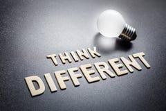 Pensi la lampadina differente e d'ardore immagini stock