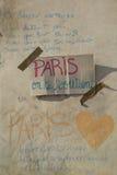 Pensieri su una parete circa il bombimg di Parigi Immagine Stock