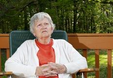 Pensiero anziano della donna fotografie stock libere da diritti